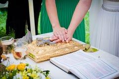 Hände auf Bibel an der Hochzeit Stockfotos