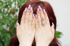 Hände auf dem Gesicht Stockbild