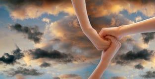 Hände auf dem Himmel Stockfotografie