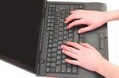 Hände auf dem Laptop Stockfotos