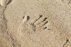 Hände auf dem Sand Lizenzfreies Stockbild