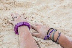 Hände auf dem Strand Stockfoto