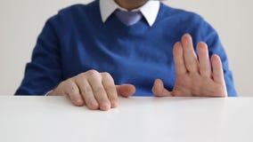 Hände auf dem Tisch stock footage