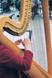 Hände auf der Harfe Lizenzfreies Stockbild