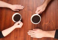Hände auf der Tabelle Lizenzfreies Stockfoto