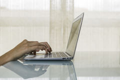 Hände auf einem Laptop Lizenzfreies Stockbild
