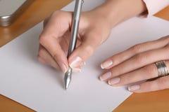 Hände auf einem Schreibtisch stockbilder