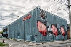 Hände auf einer Gebäudewand stockbilder