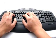 Hände auf einer Tastatur Stockfoto
