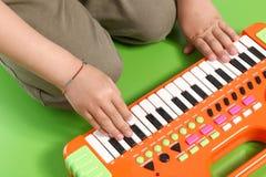 Hände auf elektronischem Klavier Stockfotografie