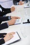 Hände auf Geschäftstreffen im Büro Stockfotografie