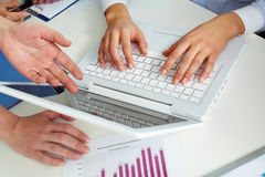 Hände auf Laptop Lizenzfreie Stockfotos