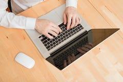 Hände auf Laptoptastatur Stockbilder