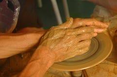 Hände auf Rad des Töpfers Lizenzfreie Stockfotografie