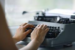Hände auf Schreibmaschinentastatur Stockfoto