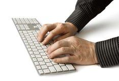 Hände auf Tastatur stockbild
