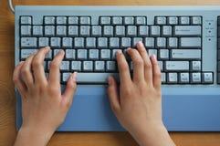 Hände auf Tastatur Stockbilder