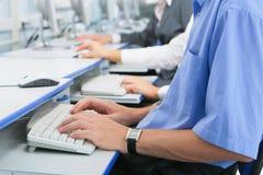 Hände auf Tastatur stockfotos