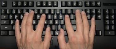 Hände auf Tastatur Stockfoto