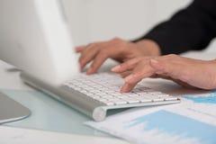 Hände auf Tastatur Lizenzfreies Stockfoto
