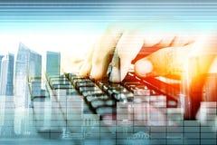 Hände auf Tastatur, KonzeptDateneingabe Stockbild