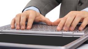 Hände auf Tastaturcomputer Stockfotos
