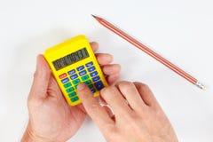 Hände berechnen unter Verwendung eines digitalen Taschenrechners der Tasche auf weißem Hintergrund Lizenzfreie Stockbilder