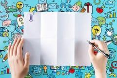 Hände bereit, auf ein leeres Blatt Papier zu zeichnen Lizenzfreies Stockfoto