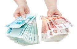 Hände bieten russisches Geld an Stockfoto