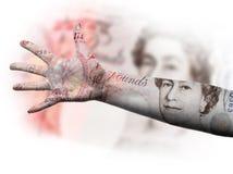 Hände bis zum britischen Pound lizenzfreies stockfoto