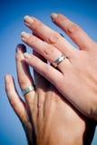 Hände in den Eheringen Lizenzfreie Stockfotos