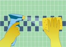 Hände in den gelben Handschuhen mit Spray und Schwamm waschen die Wandfliesen Lizenzfreie Stockfotografie