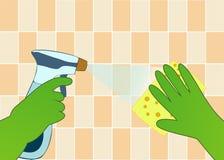 Hände in den grünen Handschuhen mit Spray und Schwamm waschen die Wandfliesen Stockfoto