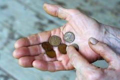Hände der älteren Person Münzen zählend Stockbild