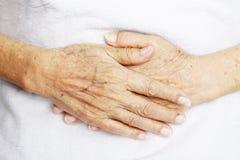Hände der alten Frau Stockfotos