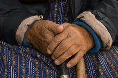Hände der alten Frau Stockfotografie