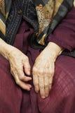 Hände der alten Frau Stockfoto