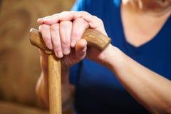 Hände der alten Frau mit Stock Stockbild