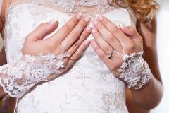 Hände der Braut Stockfotografie