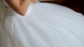 Hände der Braut auf weißem Kleid Braut in der Hochzeitskleidernahaufnahme der Hände stock video