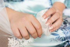 Hände der Braut Hochzeitsschleier halten Stockfotos