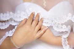 Hände der Braut Hochzeitsschleier halten Lizenzfreie Stockfotografie