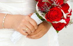 Hände der Braut mit Blumenstrauß Lizenzfreies Stockbild