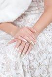 Hände der Braut mit Maniküre Stockbild