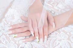 Hände der Braut mit Maniküre Stockfotos