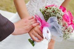 Hände der Braut- und Bräutigamhochzeit Stockbild