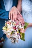 Hände der Braut- und Bräutigamnahaufnahme Stockfotografie