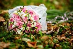 Hände der Braut und des Bräutigams Stockbild