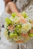 Hände der Braut und des Bräutigams Stockbilder