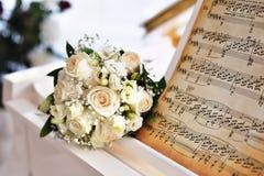 Hände der Braut und des Bräutigams lizenzfreie stockfotos